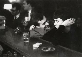 Pareja charlando en un café de París (Paul Almàsy)