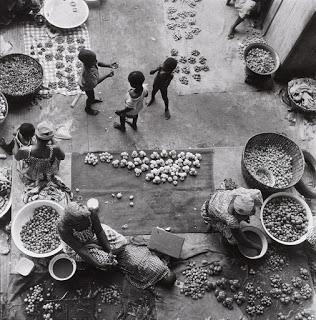 Niños y mujeres en un mercado africano (Paul Almàsy)